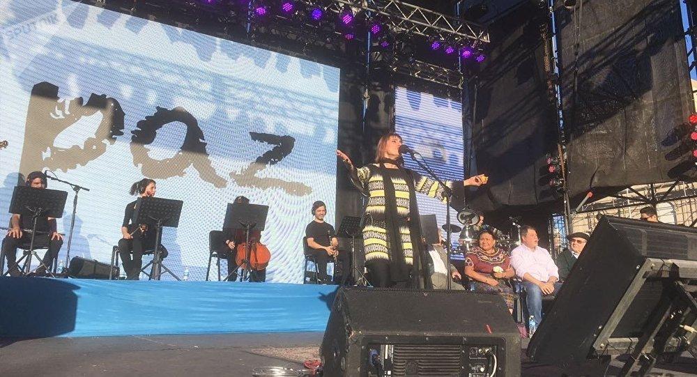La cantautora Hilda Lizarazu se presenta en Rosario, Argentina