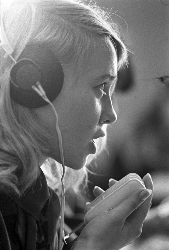 Una estudiante de la Escuela Técnica de Construcción trabaja en el laboratorio de idiomas (1973)