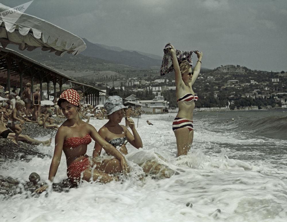 Un grupo de chicas, en la playa de Gurzuf (1963)