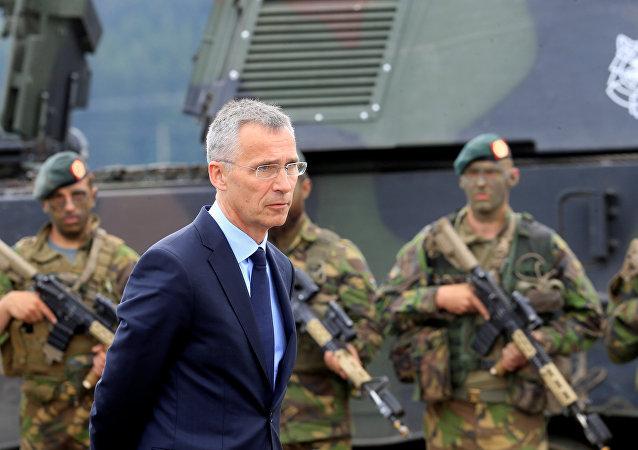 El secretario general de la OTAN, Jens Stoltenberg, inspectando el entrenamiento militar Iron Wolf en Lituania
