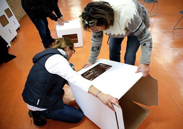 Voluntarios montando una urna durante la consulta del 9N (archivo)