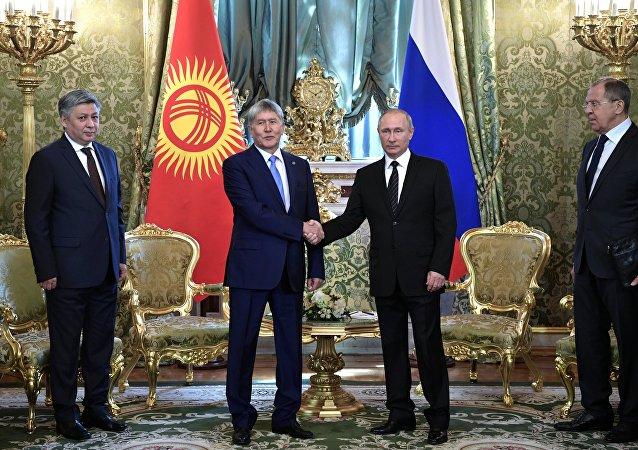 El presidente de Kirguistán, Almazbek Atambáev, y el presidente de Rusia, Vladímir Putin