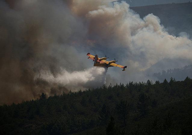 Un avión combate el incendio de Portugal