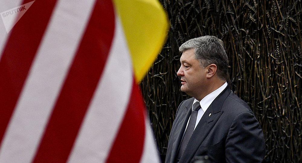 Presidente de Ucrania, Petró Poroshenko, al lado de la bandera de EEUU
