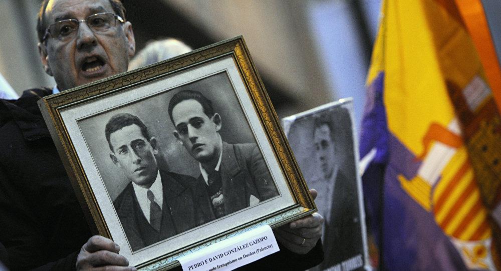 Un familiar de las víctimas de la dictadura franquista participa en una manifestación