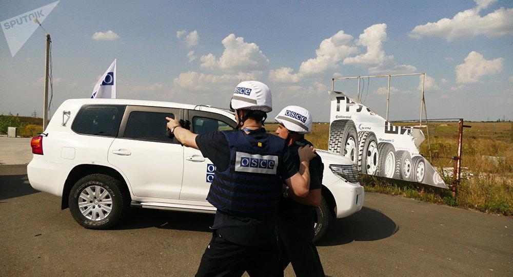 OSCE en la línea de contacto en Donbás (archivo)