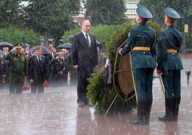 Vladímir Putin realiza una ofrenda floral en Moscú