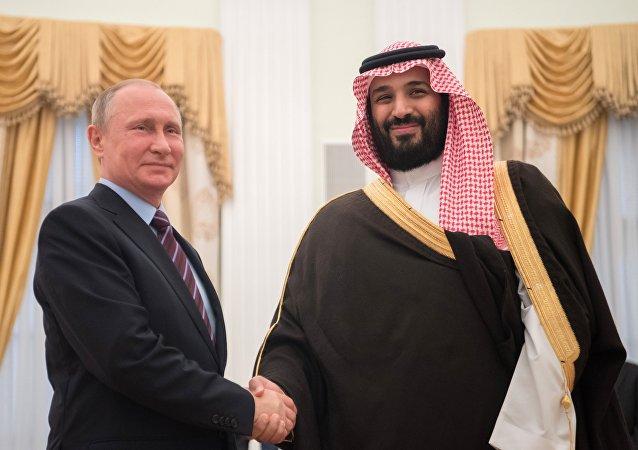 El presidente de Rusia, Vladímir Putin, y el príncipe heredero de Arabia Saudí, Mohamed bin Salmán