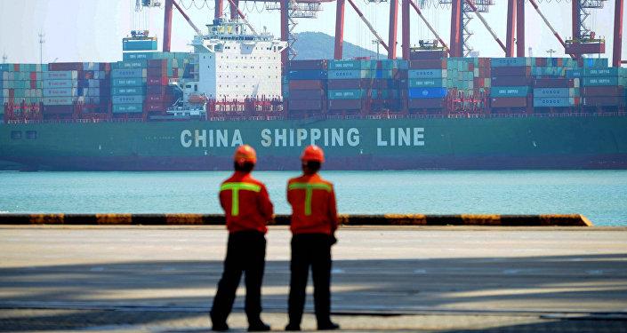 Trabajadores chinos en un muelle de carga del puerto de Qingdao, provincia de Shandong, China, el 13 de abril de 2017