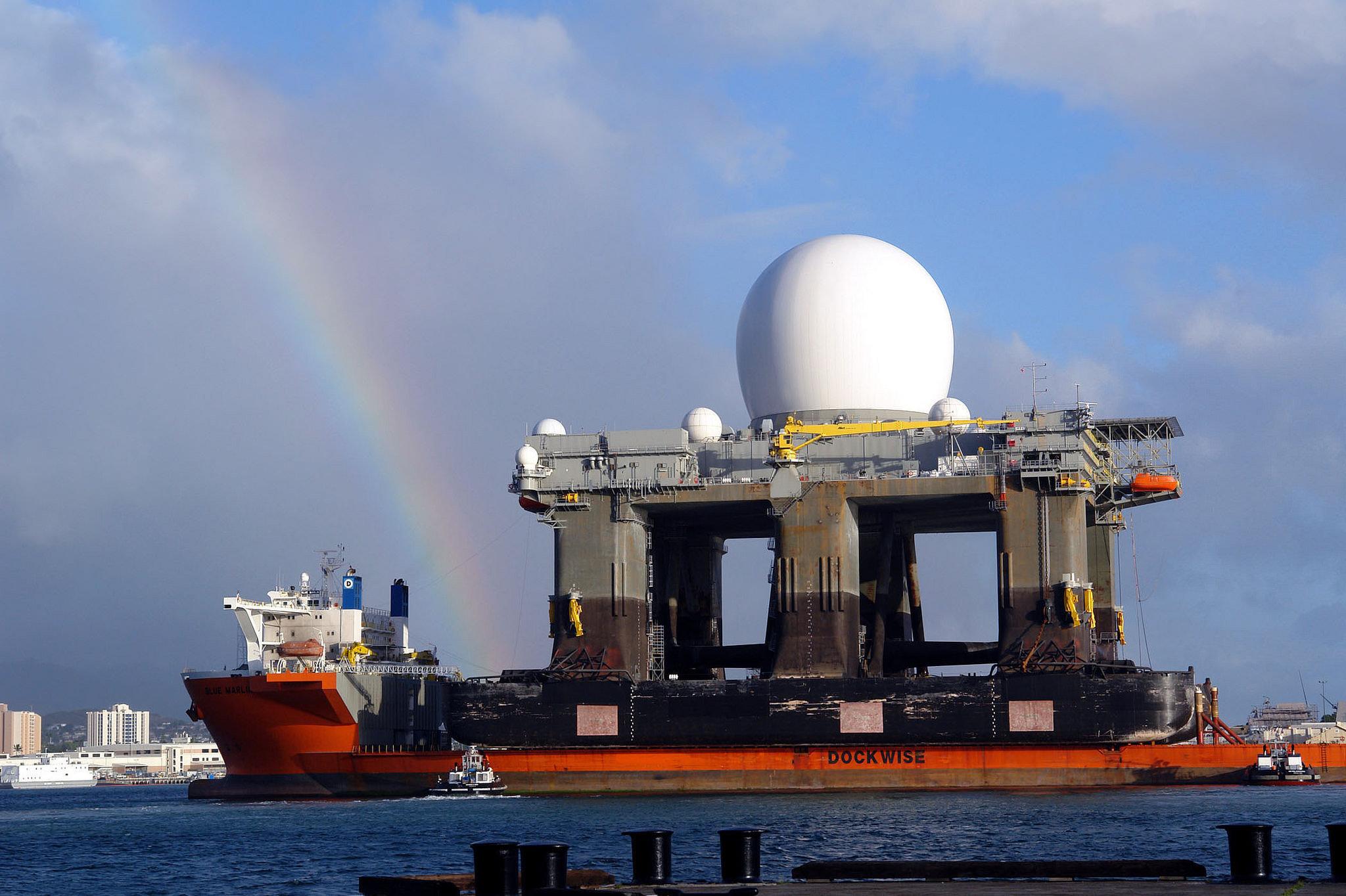 El buque de carga pesada MV Blue Marlin entra en Pearl Harbor, Hawái, con el Sea Based X-Band Radar (SBX) a bordo