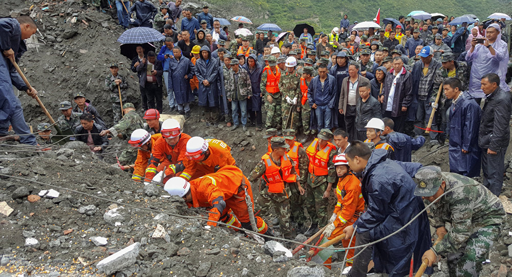 Un deslizamiento de tierra deja al menos cien personas enterradas en Sichuan