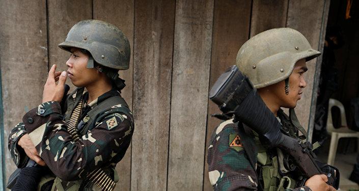 Militares filipinos con armas (archivo)