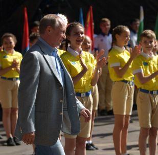 Vladímir Putin habla con los niños en Crimea