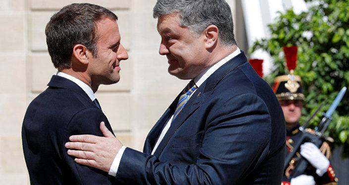 Presidente de Francia, Emmanuel Macron junto al presidente de Ucrania Petró Poroshenko