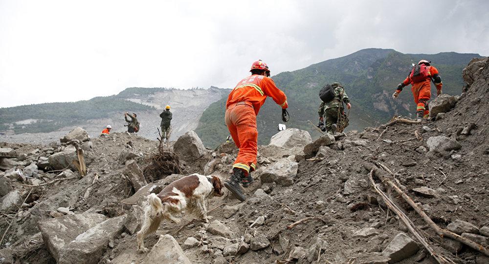 Los rescatadores buscan supervivientes tras el deslave en China