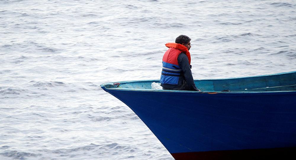 Un migrante en un barco en el Mediterráneo (archivo)