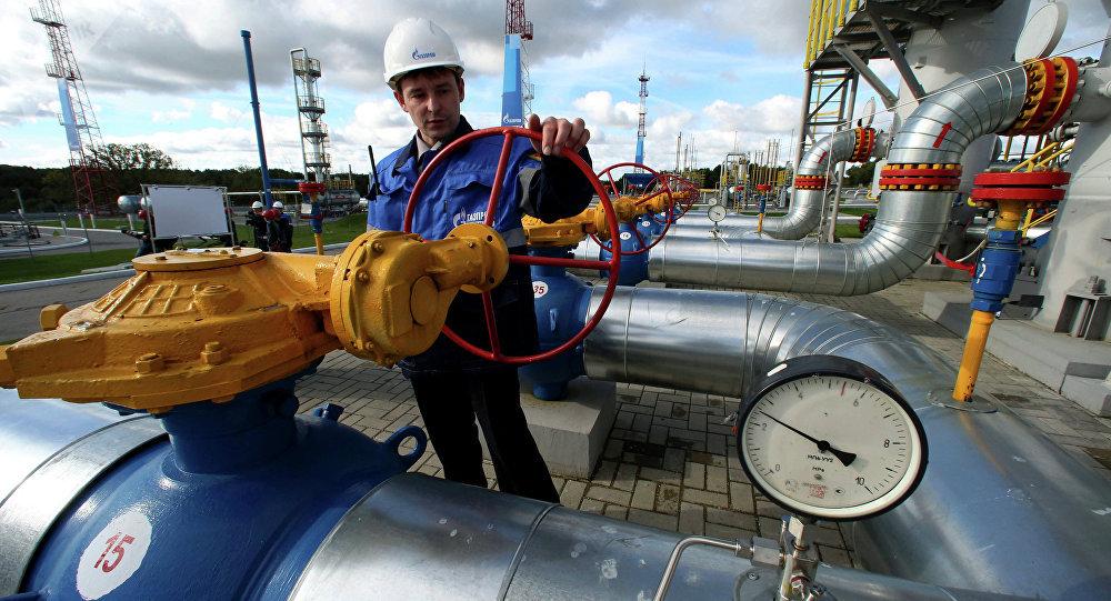 Un empeado de Gazprom maneja una válvula en un almacén subterráneo de gas