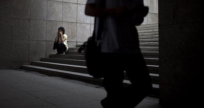 Una mujer en una escalera