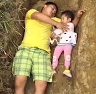 El padre de una niña enferma le cava una tumba para que no tema a la muerte (vídeo)