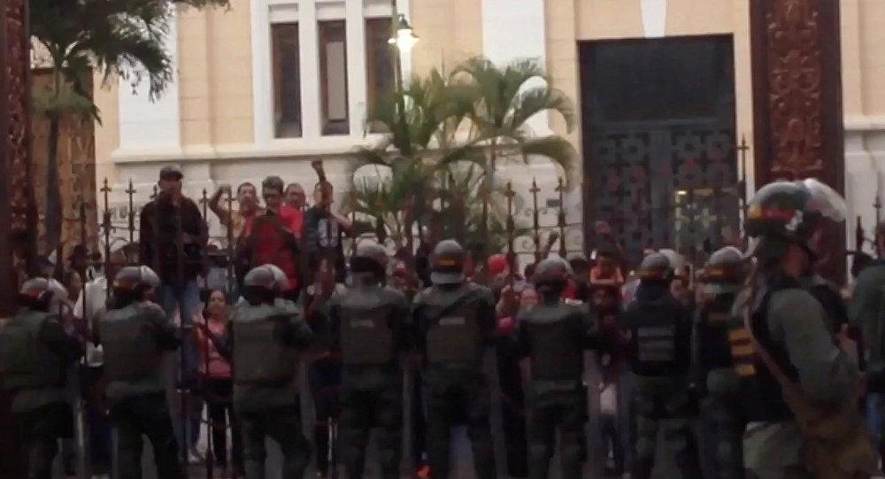 Manifestantes rodean la sede del Parlamento venezolano