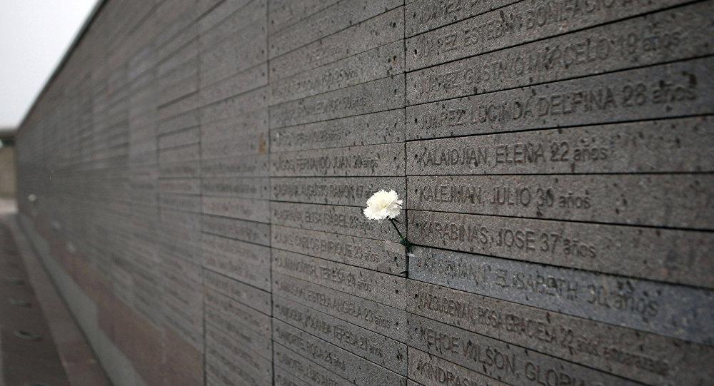 Monumento a las Víctimas del Terrorismo de Estado, con los nombres de los desaparecidos y asesinados durante la dictadura en Argentina (1976-1983) (archivo)