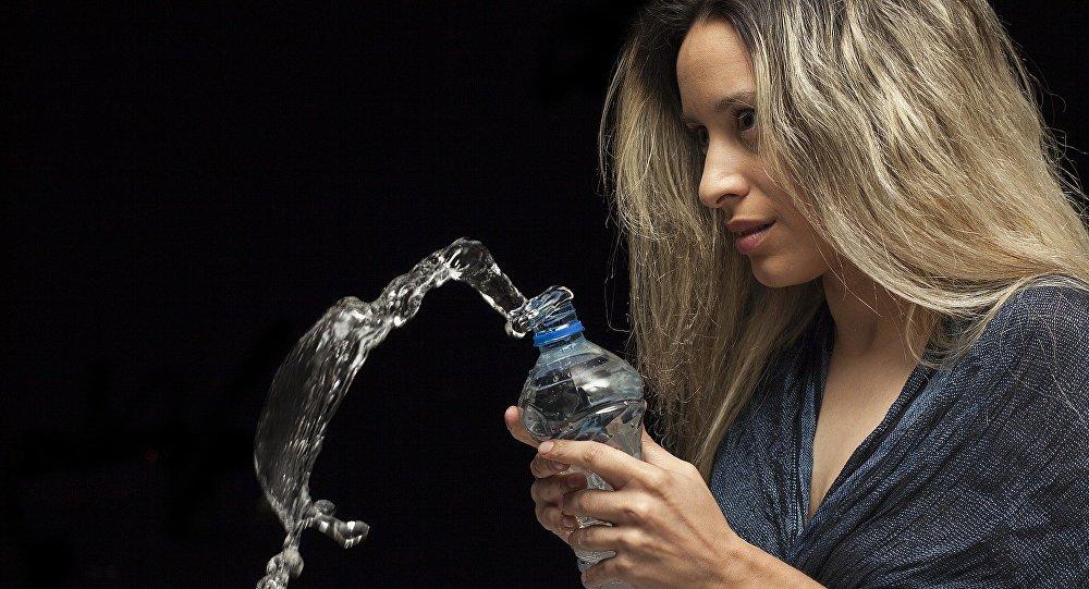 Una mujer con la botella de agua