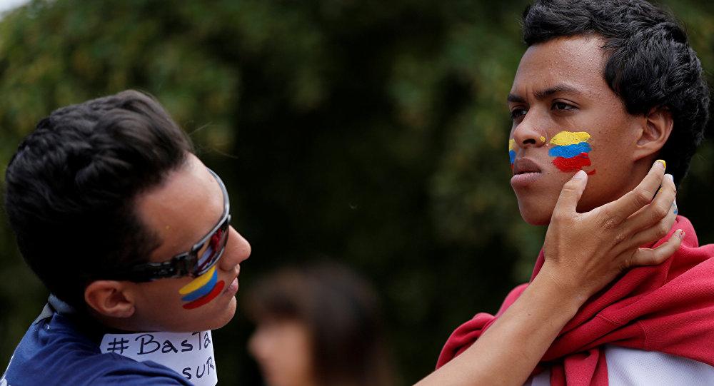 La gente pintando la bandera de Venezuela en las mejillas