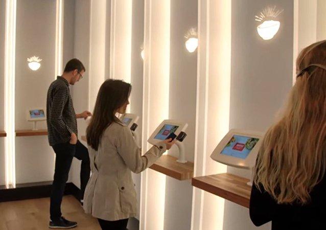 Restaurante reemplaza camareros por robots en EEUU