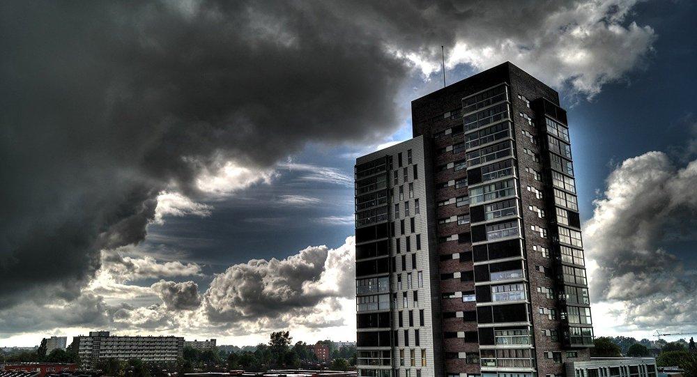 Una nube está avanzando hacia una casa