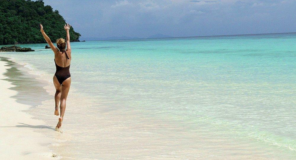 Una mujer en la playa (archivo)