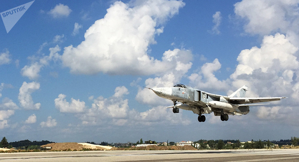 Bombardero ruso Sukhoi Su-24 en el aeródromo de Hmeymim, Siria