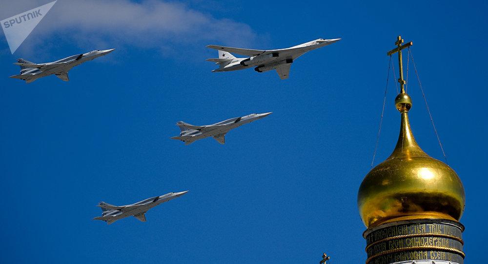 Los bombarderos rusos Tu-160 y Tu-22M3 durante el ensayo del desfile militar en Moscú, Rusia
