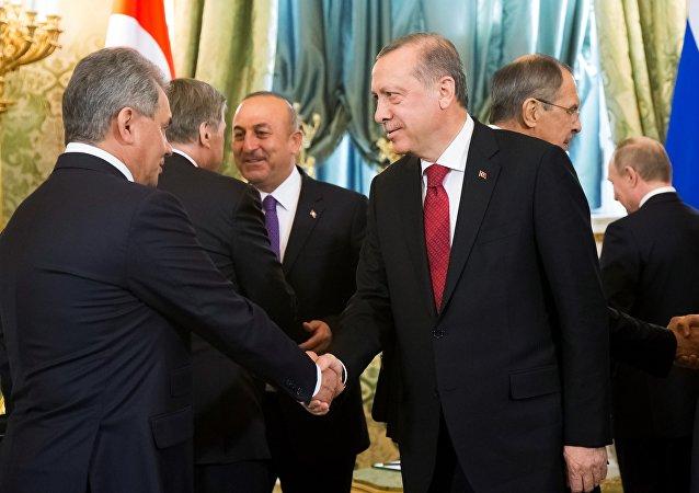 El presidente turco, Recep Tayyip Erdogan, y el titular ruso de Defensa, Serguéi Shoigú