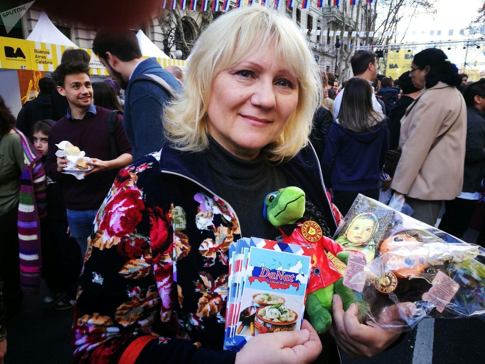 Natasha vende los muñecos rusos del cocodrilo Guena y de Cheburashka
