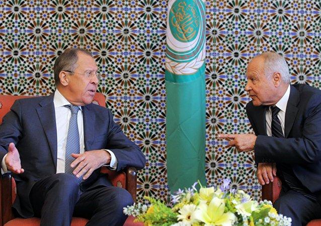 El ministro ruso de  Asuntos Exteriores, Serguéi Lavrov,  con el secretario general de la Liga Árabe, Ahmed Aboul Gheit (imagen referencial)