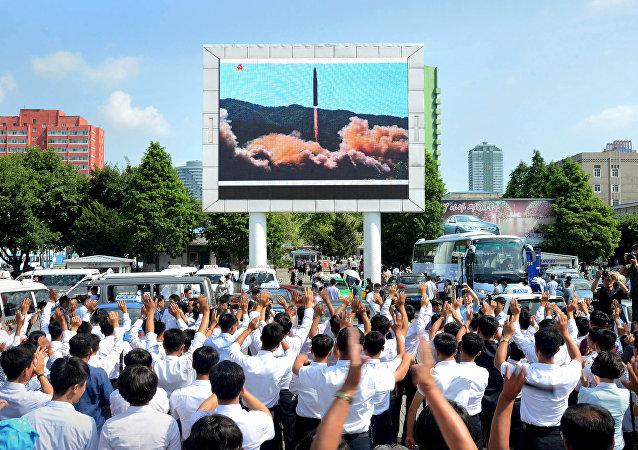 Norcoreanos observando la prueba del misil balístico intercontinental Hwasong-14