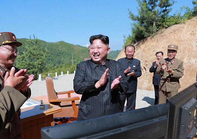 Kim Jong-un, líder de Corea del Norte, tras el lanzamiento de prueba del misil Hwasong-14