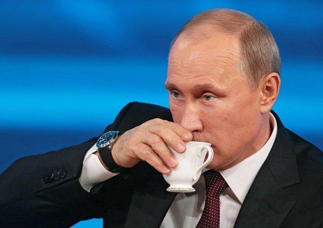 Vladímir Putin, presidente de Rusia, tomando un café