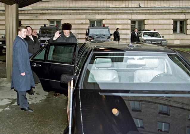 Borís Yeltsin monta su auto Mercedes-Benz S-Class Pullman W140, 22 de noviembre de 1999.