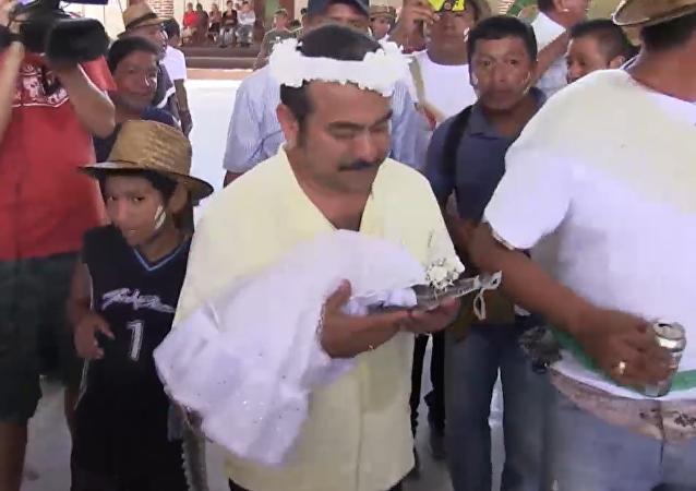 ¡Que se besen! Alcalde mexicano se casa con… un cocodrilo