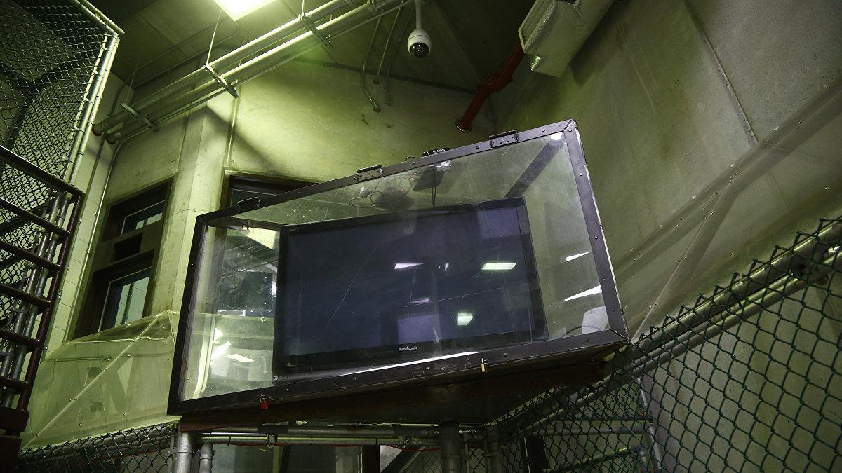 Uno de los televisores ubicados en el área común del Campo 6, a través del cual los prisioneros pueden conoces sobre el acontecer mundial.