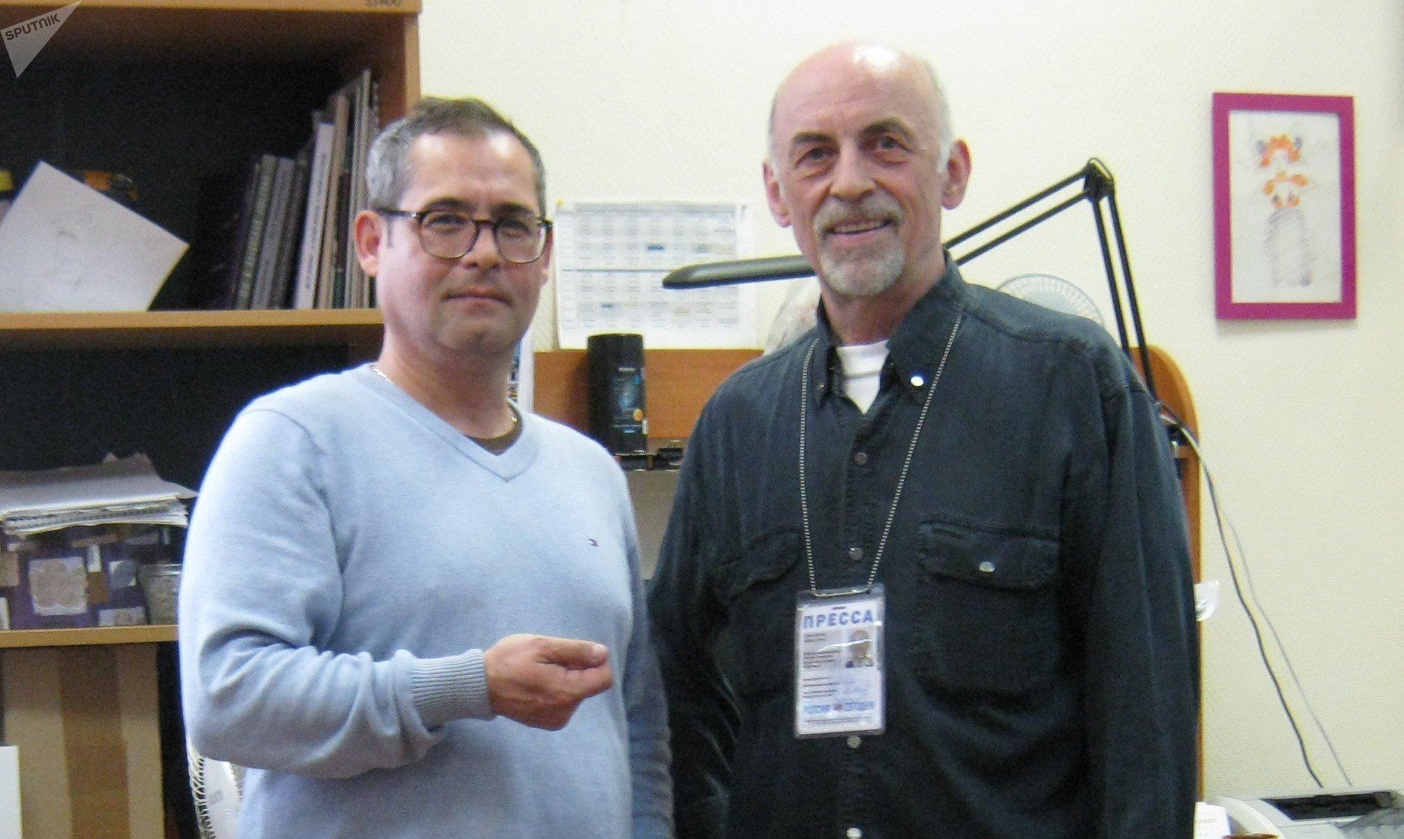 Eduardo Serrano (iz) y Víctor Sújov en Radio Sputnik, Moscú