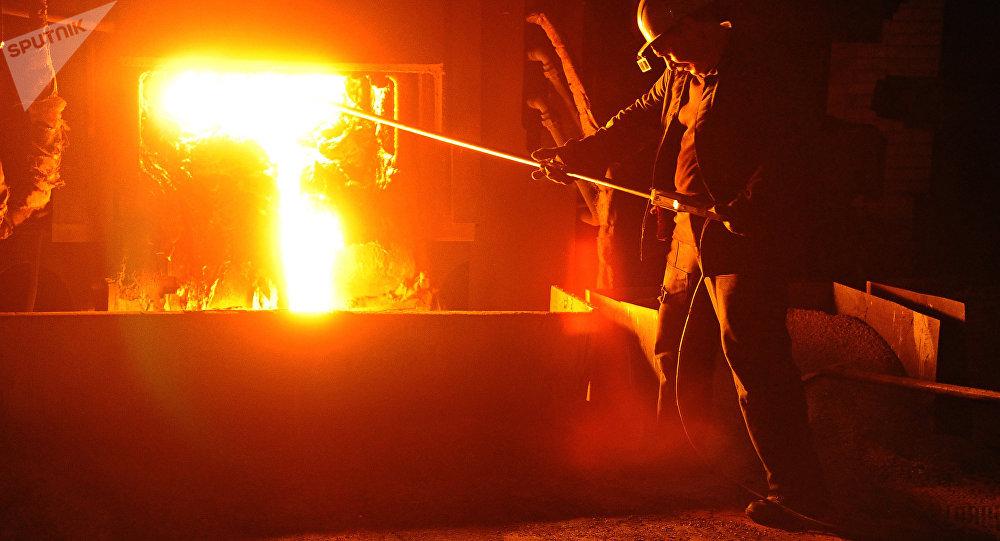 El trabajador de una planta que produce acero (imagen referencial)