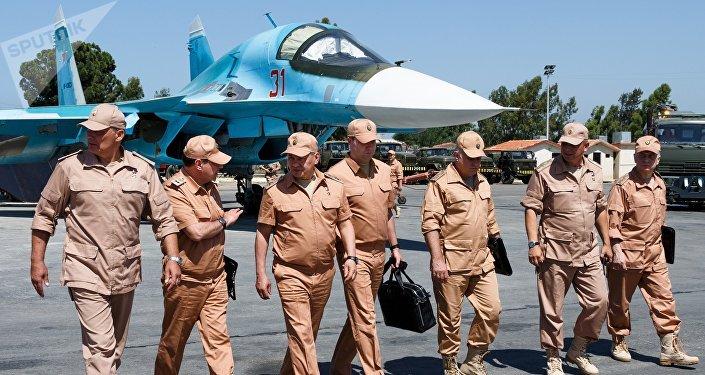 La visita del ministro ruso de Defensa Serguéi Shoigú (tercero drcha.) a la base aérea de Hmeymim en Siria (archivo)