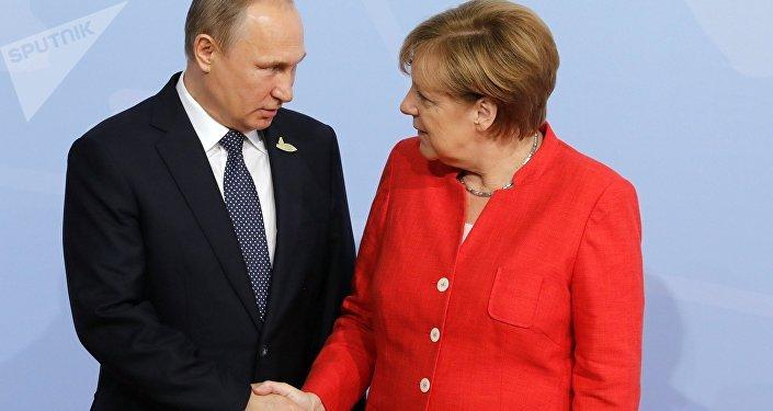 El presidente de Rusia Vladímir Putin y la canciller alemana Angela Merkel