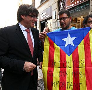 Carles Puigdemont, presidente del Gobierno catalán, con los partidarios del referéndum soberanista (archivo)