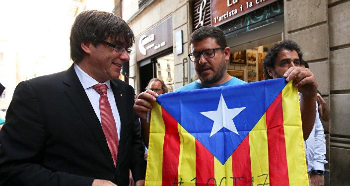 Carles Puigdemont, presidente del Gobierno catalán, con los partidarios del referéndum soberanista