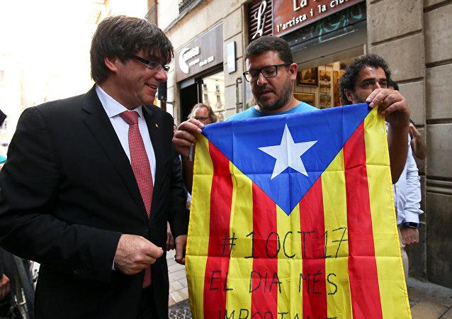 Carles Puigdemont, presidente del Gobierno catalán, con los partidarios (archivo)
