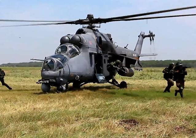 Militares rusos entrenan tácticas de desembarco aéreo desde un Mi-35M