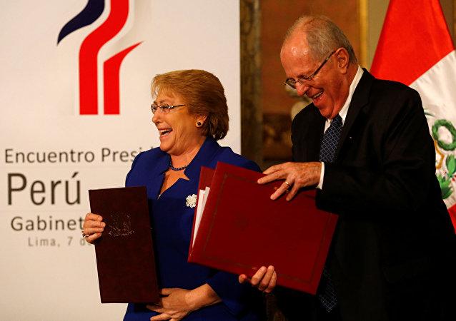 La presidenta chilena Michelle Bachelet con su par peruano Pedro Pablo Kuczynski